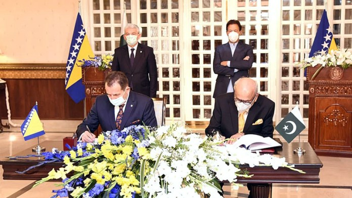 ISLAMABAD: November 04 - Prime Minister Imran Khan and Šefik Džaferovic, Chairman of the Presidency of Bosnia & Herzegovina witnessing signing of MoUs. APP