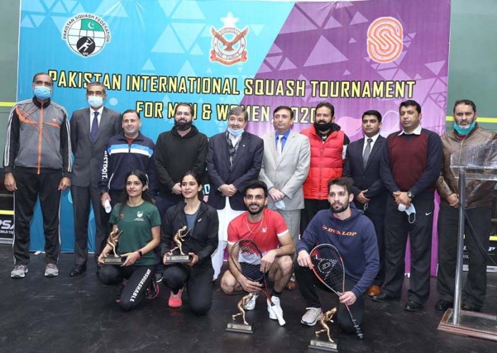 Squash Legend & Vice President Pakistan Squash Federation Mr Qamar Zaman in a group photo at the closing ceremony and distributed trophies & prizes to the men & women finalist players