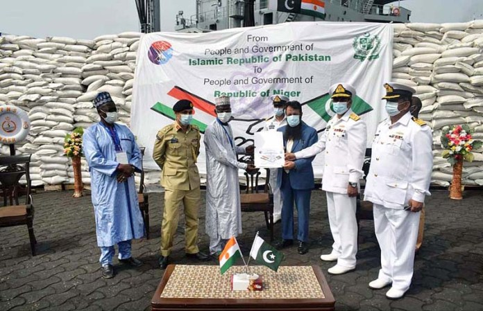 Pakistan Navy Mission Commander handing over food aid to officials of Republic of Niger