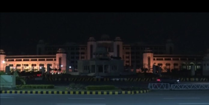 The nonessential lights at the Prime Minister's Office were turned off Saturday for sixty minutes in connection with the Earth Hour, annually observed to show support for our planet.