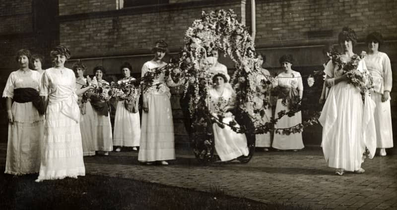 1909 Ohio University queen and her attendants pose with Ewing Hall as a backdrop.