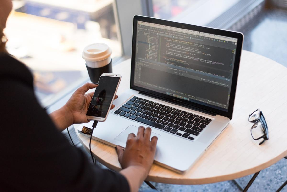 5 reasons why you should outsource mobile app development in 2021