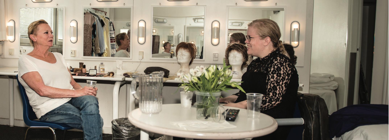 APPETIZEs journalist, Christina Cvendsen under interviewet med Lisbeth Dahl i AKKCs garderobe på kunstnergangen
