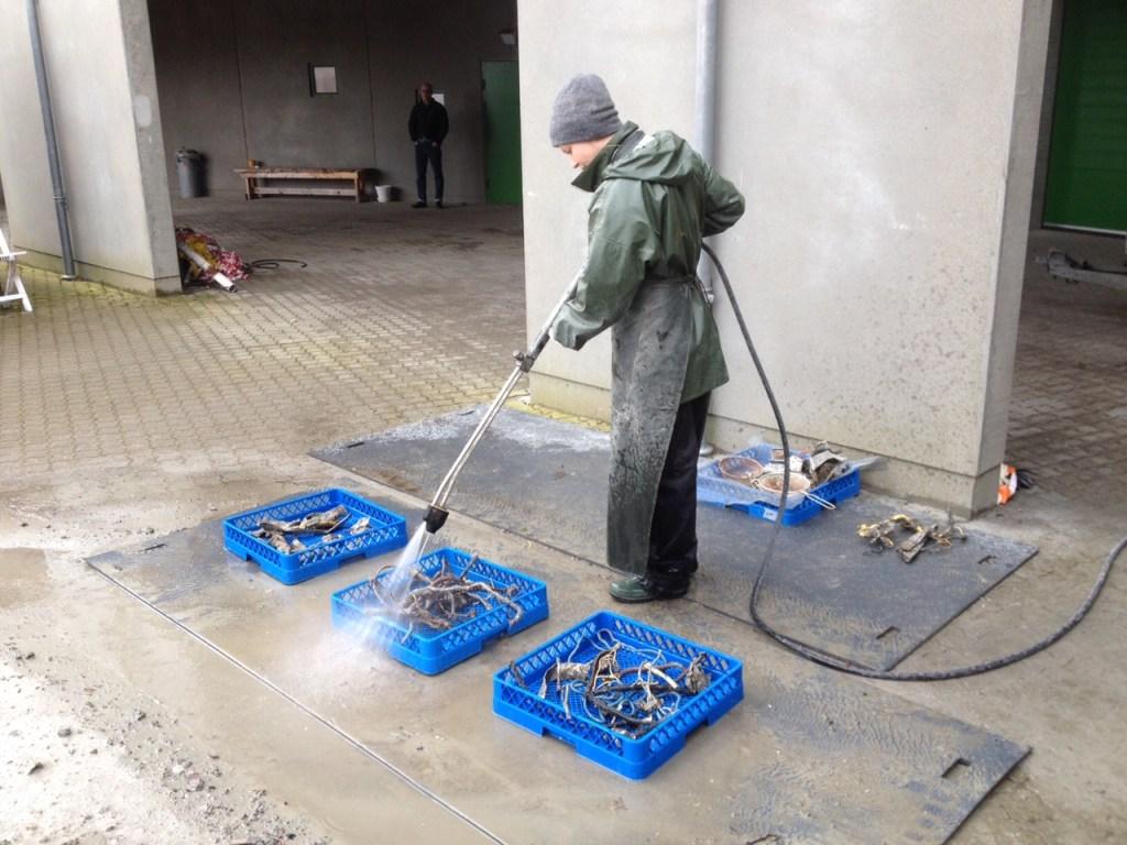 Nordjyllands Historiske Museum har vasket alle vragdele fra flyet for mudder og jord, så de nu kan vises frem på en midlertidig udstilling, der åbner Kr. Himmelfartsdag, torsdag 25. maj, på skudehavnen i Aalborg i de samme lokaler som Aalborg Street Food åbner. (Foto: Nordjyllands Historiske Museum)