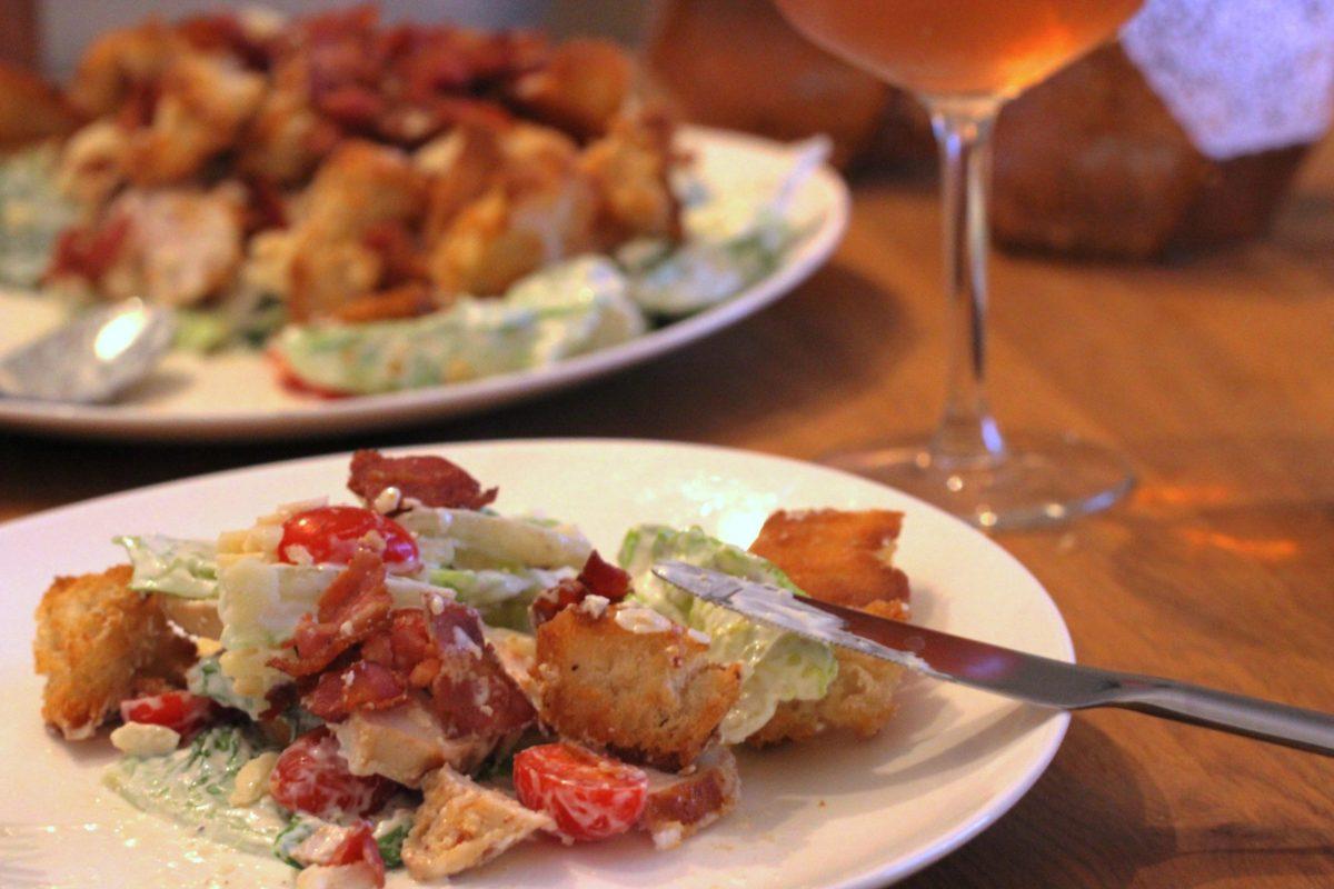Cæsarsalat med kylling og brødcroutoner