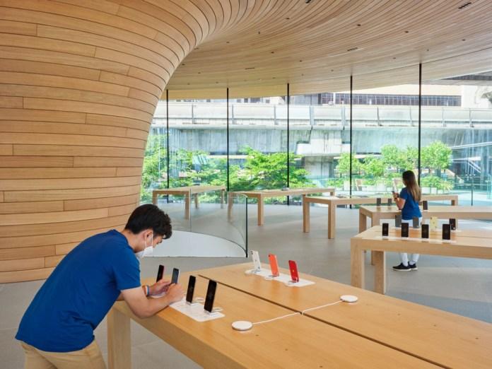 Membri del team di Apple Central World che preparano gli allestimenti dei prodotti.