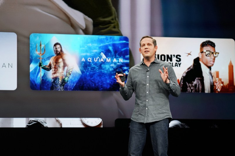 Peter Stern en el escenario del Steve Jobs Theater, mostrando la nueva app Apple TV.