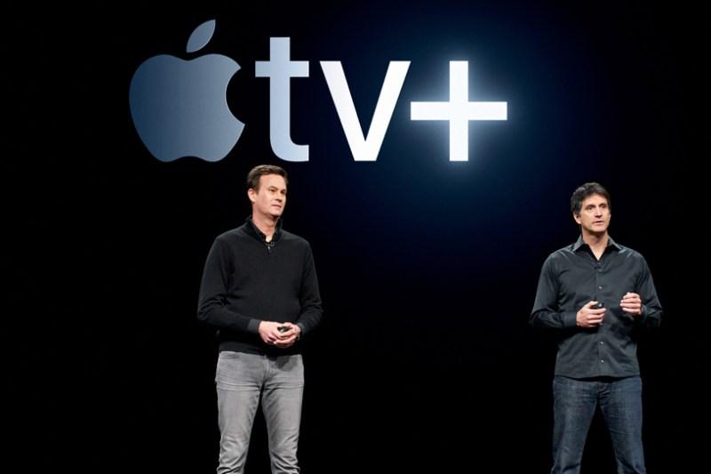 Zack Van Amburg y Jamie Erlicht en el escenario del Steve Jobs Theater, revelando Apple TV+.