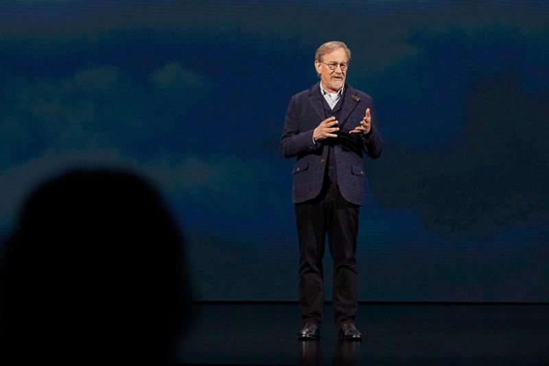 Steven Spielberg en el escenario del Steve Jobs Theater.