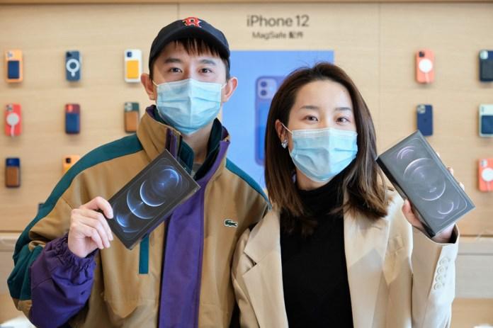 Clienti di Apple Sanlitun con i loro nuovi iPhone 12 Pro Max.