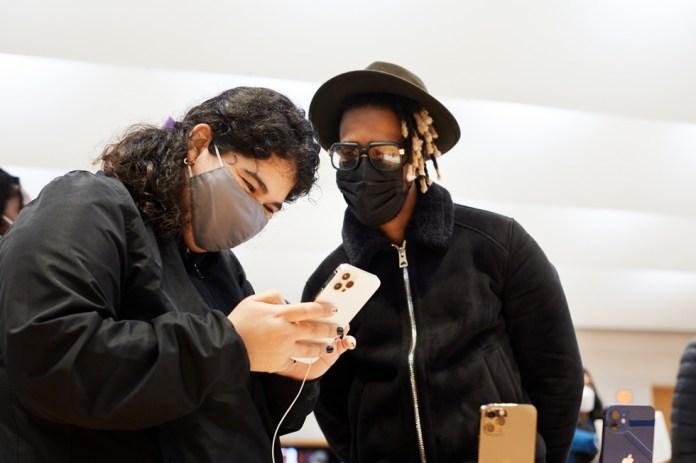 Una cliente prova il nuovo iPhone 12 Pro Max.