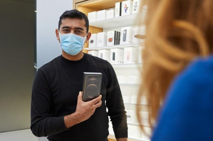 Un cliente di Apple Sydney mostra con orgoglio il suo nuovo iPhone 12 Pro Max.