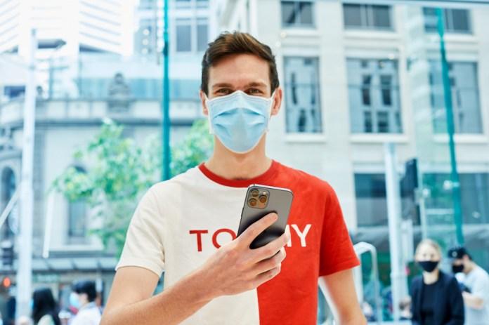 Un cliente di Apple Sydney con iPhone 12 Pro Max.