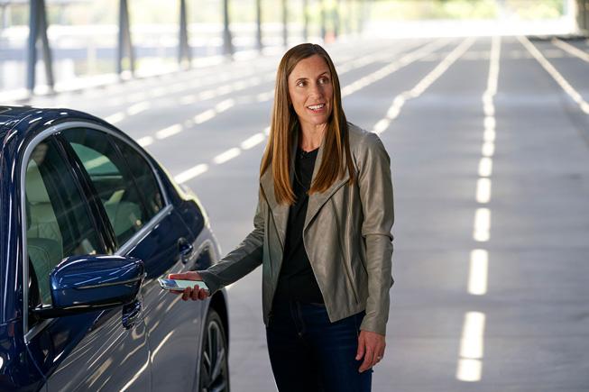 Emily Schubert presenta le chiavi digitali per automobili alla WWDC20.