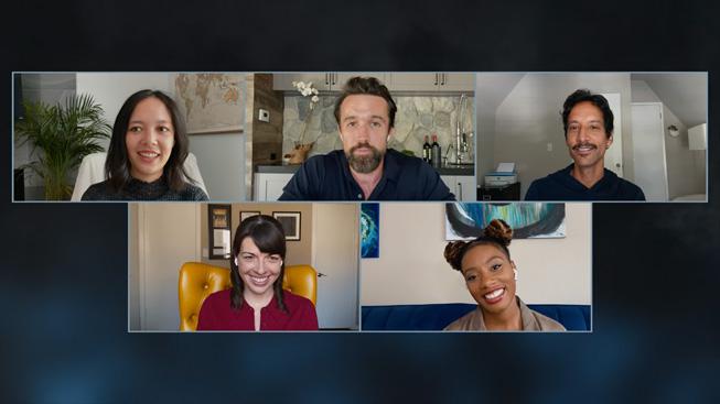 Il cast e i co-creatori (Megan Ganz e Rob McElhenney) di Mythic Quest: Raven's Banquet.