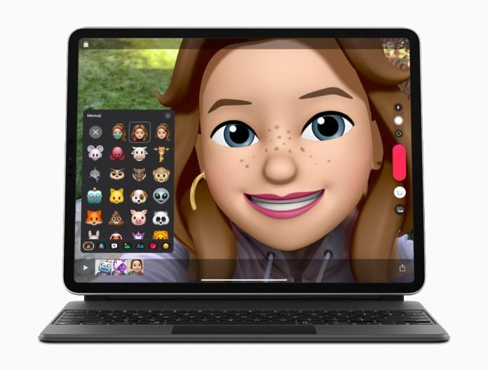 Contenuti creati con Clips, mostrati su iPad Pro con Magic Keyboard.
