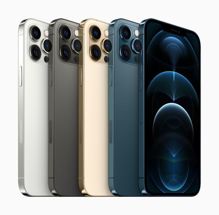 produkcja iphone zwiekszy się za głownie sprawą przedstawionego na tym obrazku iPhone 12 Pro na białym tle