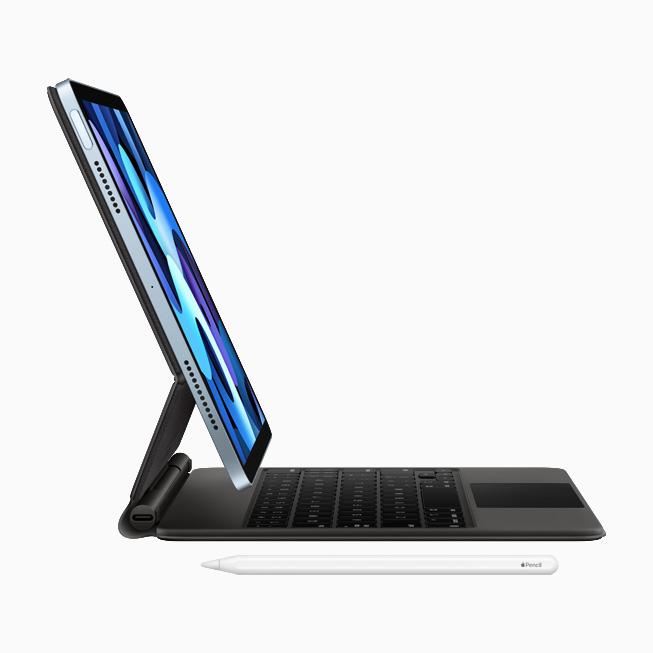 Vista di profilo di iPad Air con la Magic Keyboard con trackpad integrato e Apple Pencil.