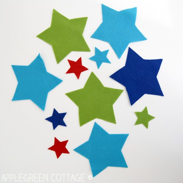 DIY Christmas Decorations - Felt Stars Free Pattern by AppleGreen Cottage. Add a cozy look to your Christmas tree with a set of your own, DIY Christmas star ornaments.