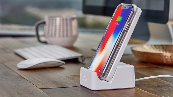 iPhone XR - nabíjecí stanice