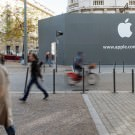 apple-store-lille-black-wall