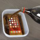 iPhone 6s in een bakje met cola