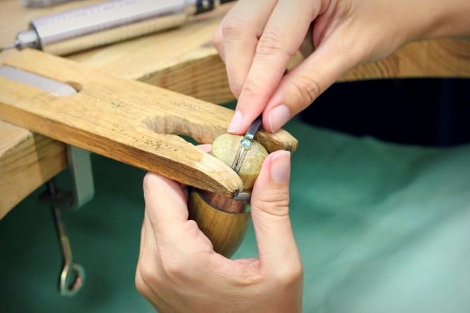 Rabattage des bords du serti clos en tube, dernière étape du sertissage