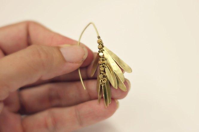 Assemblage des boucles pétales martelées sur www.apprendre-la-bijouterie.com