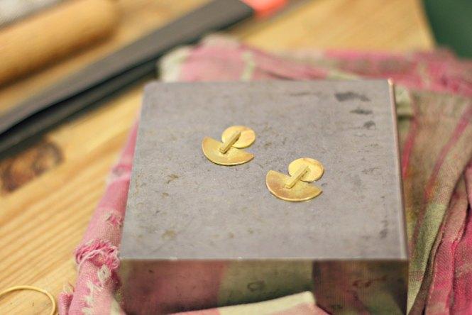 """Boucles d'oreilles façon """"Kandinski"""" - Retrouvez les étapes de la réalisation de ces boucles sur www.apprendre-la-bijouterie.com"""