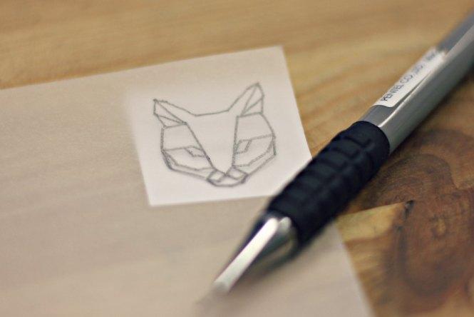 Pin's Chat façon origami - Les étapes de sa fabrication sont à retrouver sur www.apprendre-la-bijouterie.com