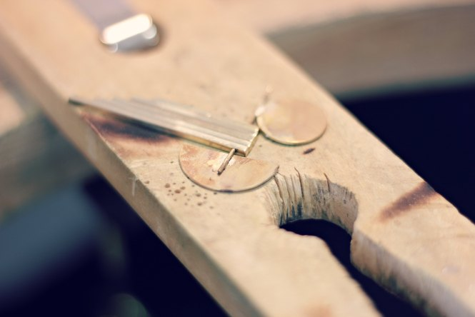 Sautoir géométrique façon Kandinsky - Retrouvez les étapes de sa fabrication sur www.apprendre-la-bijouterie.com