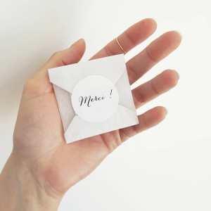 Offrir un petit cadeau a de multiples avantages lorsque l'on a une marque de bijoux.