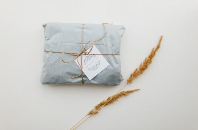 L'emballage est tout aussi important que le contenu, c'est bien connu... Oui mais comment créer un univers cohérent et attirant lorsque l'on a une marque de bijoux créateurs ? Découvrez tout sur le packaging de bijoux dans cet article !