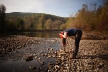 Se laver les cheveux dans la Dordogne