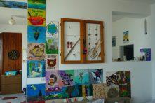 Hotel Dalmatia. Au mur, des carreaux peints par les gens de passage
