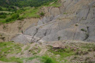 Petit chemin de rocaille. La pierre s'effrite