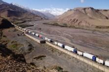 Les camions s'entassent à la frontière chinoise