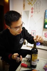 Tire-bouchon improvisé pour nous offrir du vin français