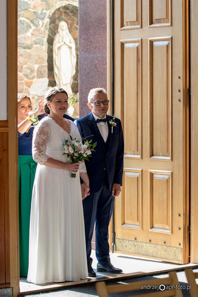 Zdjęcia ślubne - Para młoda w wejściu do kościoła