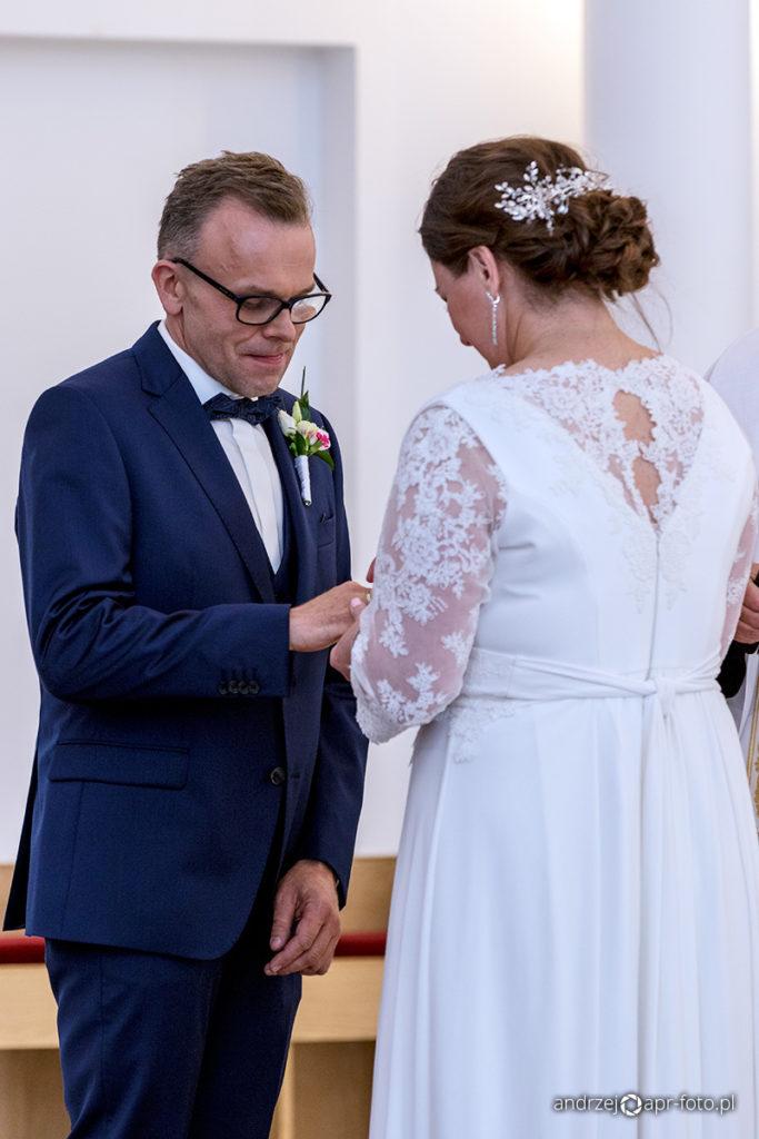 Zdjęcia ślubne - nakładanie obrączki
