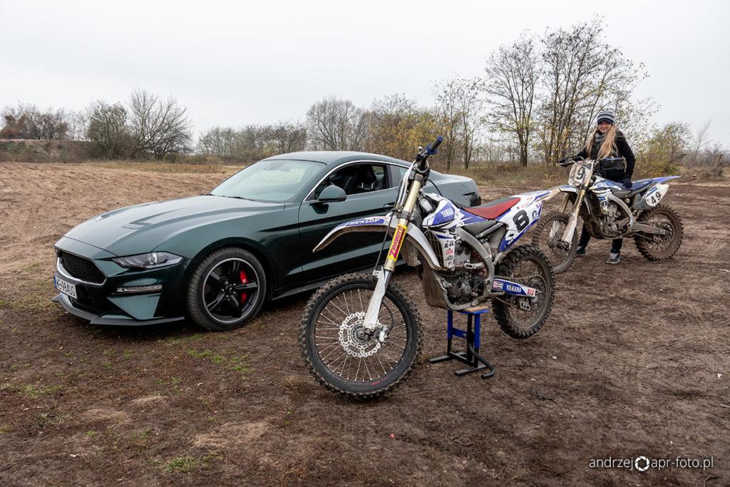 Ford Mustang Bullitt i motocykle