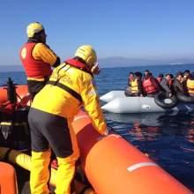 barcos de refugiados en el mar egeo