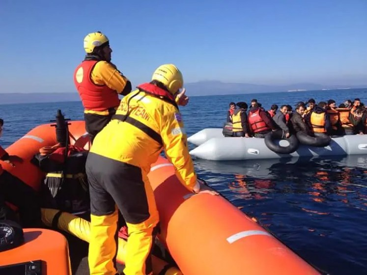 barcos con refugiados en el mar egeo
