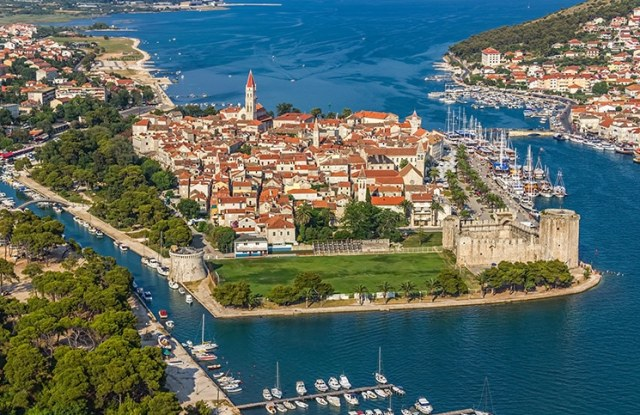 Trogir: uma ilhota com castelo medieval na Croácia -