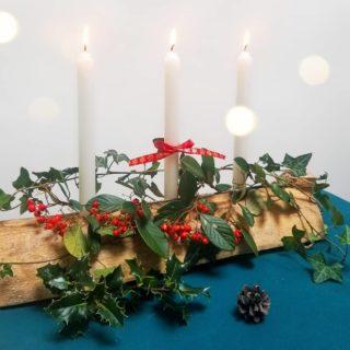 Vous connaissez Yule ? Cette fête païenne est l'ancêtre de Noël et célèbre le solstice d'hiver ❄ Elle symbolise le renouveau : à partir de la nuit la plus longue de l'année (le 21 décembre) on fête les premiers jours qui rallongent, le repos préparant l'éclosion du printemps, la victoire de la lumière sur l'ombre (le 25/12 marque la naissance du dieu solaire Mithras, date utilisée par le christianisme à partir du 4ème siècle pour célébrer la naissance de Jésus).  Cette fête est à l'origine de nos traditions de Noël : la couronne de houx, l'arbre décoré de lumières, les chaussettes remplies de présents (ou de cendres, pour les moins sages), la bûche.  Pas de crème ou de glace pour celle-ci, il s'agit d'une grosse bûche de chêne (la plus grande possible) que l'on décore, que l'on imbibe d'alcool et que l'on allume avec les braises de l'année précédente 🔥 On la retrouve aujourd'hui en déco, ou dans nos assiettes 😋  Moi j'ai fait la totale : une grosse bûche de chêne prête à filer dans le poêle et une petite décorée pour table de ce soir. C'est qu'on ne célèbre pas seulement le solstice d'hiver aujourd'hui, c'est aussi l'anniversaire de mon cher et tendre 😊  Joyeux solstice ! __________________________________ #yule #solsticedhiver #christmasspirit #noël #christmas #buchedeyule #greenchristmas #yulelog #sabbath #buchedenoël #décodenoël