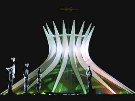 A Catedral Metropolitana de Nossa Senhora Aparecida, mais conhecida como Catedral de Brasília, no Distrito Federal, projetada em 1958 e inaugurada em 1970.