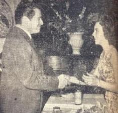 Dovílio Ometto - planejador e executor do Aço Piracicabano, oriundo do minerio e do carvão vegetal,recebe das mãos da graciosa Celia Regina Corrêa dos Santos uma plaqueta, oferta do Cristóvão, no dia 25 de janeiro de 1960