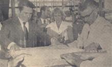 Fase final do encerramento da urna pelo Sr. Dovílio Ometto, notando-se a Sra. Norma Dresselt Dedini e o mestre de obras sr. Ermette Fabretti.