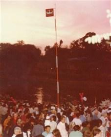 Colocado o mastro, com a flâmula do Divino tremulando, tudo está preparado, então, para a celebração da missa campal. Geralmente, milhares de pessoas participam dela.