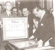 """Luciano Guidotti, em 1957, recebendo o diploma das mãos de Juscelino Kubistchek. Ele era o prefeito do """"Município Mais Progressista do Brasil"""